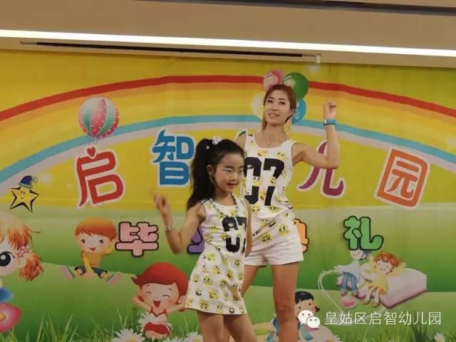 大一班刘一冉小朋友和妈妈的亲子舞蹈《青春纪念册》